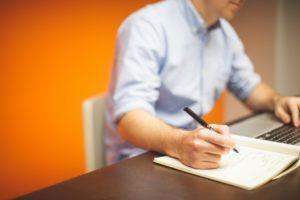 Plan machen am Tisch mit Stift und Zettel
